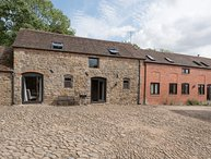 CORN HOUSE, pet friendly, luxury holiday cottage, with a garden in Cardington