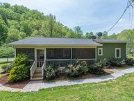 River Run- Cute cottage 1/2 mile from Catawba Falls | Hot Tub & Pet Friendly!