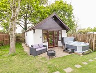 Pheasant Lodge, hot tub, open-plan living, fire pit, near Wimborne Minster