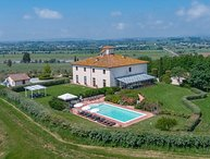 Private villa in the Cortona area for 18 persons. Pool, internal pool and A/C!