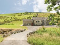 BECKSIDE COTTAGE, detached, all ground floor, woodburner, hot tub, in Skipton