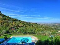 Just 500 m, five minutes on foot, from the town of Cortona. 12 pax, private pool